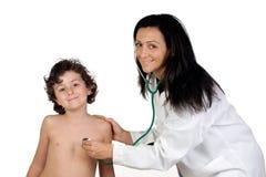 Kinderarztfrau, die eine Überprüfung bildet Stockfoto