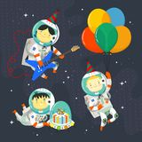 Kinderastronauten, welche die Raumanzüge und Parteihüte schwimmen in Weltraum tragen Geburtstagsfeier in der kosmischen Art stockbilder