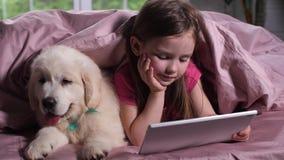 Kinderaufpassende Karikatur mit wenigem Hundehaustier im Bett stock footage