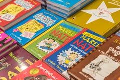 Kinderbücher für Verkauf in der Bibliothek Lizenzfreies Stockfoto