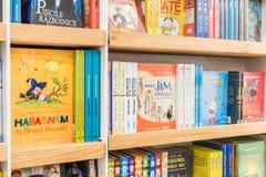 Kinderbücher für Verkauf in der Bibliothek Lizenzfreie Stockfotos