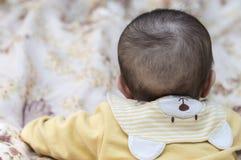 Kinderbaby-Kindermädchen mit einem netten Kragen in Form von Bären Lizenzfreies Stockfoto