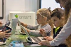 Kinderbesuch Microsoft-Stand während CEE 2017 in Kiew, Ukraine Lizenzfreie Stockfotografie