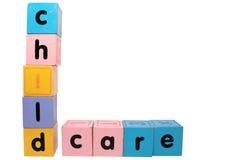 Kinderbetreuung in den Blockschrift mit Ausschnittspfad Stockfoto