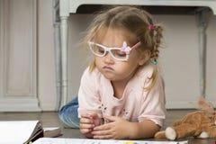 Kinderbild in den Gläsern mit Markierungen stockfoto