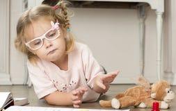 Kinderbild in den Gläsern mit Markierungen lizenzfreie stockfotos