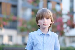 Kinderbild des schulpflichtigen Alters draußen Stockfotos