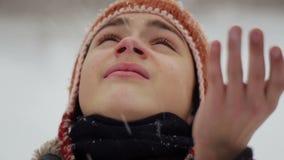 Kinderbild im Winter in den Schneefällen stock video