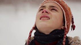 Kinderbild im Winter in den Schneefällen stock footage