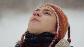 Kinderbild im Winter in den Schneefällen stock video footage