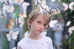 Kinderbild unter Papierschmetterlingen Lizenzfreie Stockfotografie