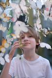 Kinderbild unter Papierschmetterlingen Lizenzfreies Stockfoto