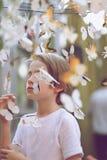 Kinderbild unter Papierschmetterlingen Lizenzfreies Stockbild