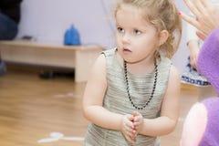 Kinderbild während des Spiels stockfotografie