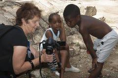 Kinderblick auf Bilder auf themsleves Stockfotos
