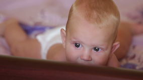 Kinderblondes Lügen auf Bett stock footage