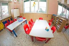 Klaslokaalkinderdagverblijf met rode stoelen en bureaus voor kinderen stock foto afbeelding - Bureau kinderen ...