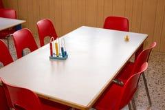 Kinderdagverblijf met rode stoelen en bureaus voor kinderen royalty-vrije stock fotografie