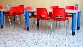 Kinderdagverblijfklaslokaal met de schoolbanken en de stoelen royalty-vrije stock foto