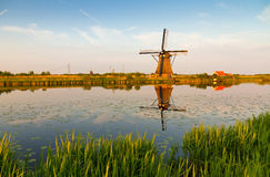 Kinderdijk风车反射 库存照片