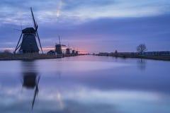 Kinderdijk, Alblasserdam, Południowy Holandia, holandie - Luty 20, 2019: Wschód słońca na zimnym ranku w Luty przy Kinderdijk zdjęcie royalty free
