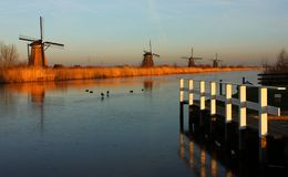 Kinderdijk i vinter royaltyfri bild