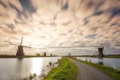 Kinderdijk nederländsk solnedgång i lång exponering Royaltyfria Bilder