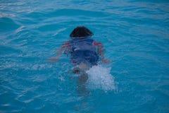 Kindereignung und -sport auf Familienurlaub stockfoto
