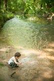 Kinderen, aard, familie, bos, park, rivier, avontuur, visserij, jongen, jong geitje Royalty-vrije Stock Fotografie