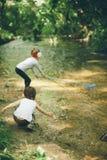 Kinderen, aard, familie, liefde, bos, avontuur, visserij, jongen, meisje Stock Fotografie