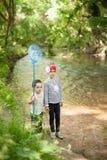 Kinderen, aard, familie, liefde, bos, avontuur, visserij, jongen, meisje Royalty-vrije Stock Afbeeldingen