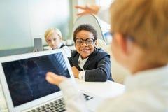 Kinderen als bedrijfsmensen met laptop computer royalty-vrije stock foto