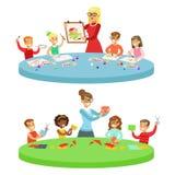 Kinderen in Art Class Two Cartoon Illustrations met Basisschooljonge geitjes en Hun en Techer die binnen bewerken trekken Stock Foto's