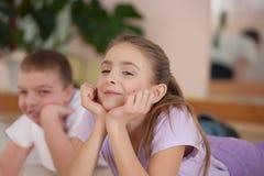 Kinderen belast met fysieke opleiding. Binnen. Royalty-vrije Stock Afbeeldingen