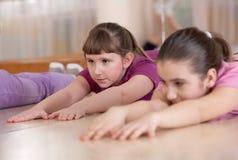 Kinderen belast met fysieke opleiding. Binnen. Stock Afbeelding