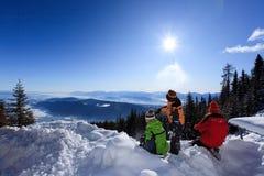 Kinderen in bergsneeuw royalty-vrije stock foto's