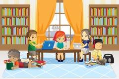 Kinderen in bibliotheek stock foto's