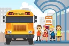 Kinderen bij bushalte Stock Afbeeldingen