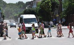 Kinderen bij crosswalk_3 Royalty-vrije Stock Foto