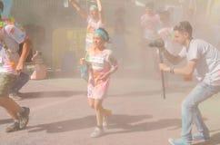 Kinderen bij de Kleurenlooppas Stock Afbeeldingen