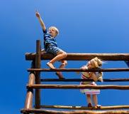 Kinderen bij de speelplaats Royalty-vrije Stock Foto's