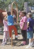 Kinderen bij de speelplaats Stock Foto's
