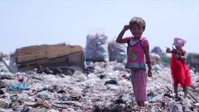 Kinderen bij de stortplaats Onteigende wezen stock footage