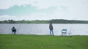 Kinderen bij de visserij Rust op het meer stock footage