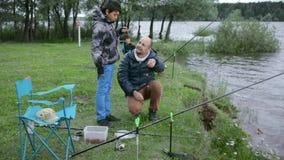 Kinderen bij de visserij Rust op het meer stock videobeelden