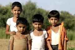 Kinderen bij een dorp in India stock foto