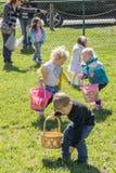 Kinderen bij een Paaseijacht stock fotografie