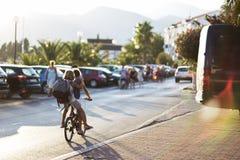 Kinderen bij fietsen het reizen stock fotografie