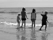 Kinderen bij het strand stock foto's