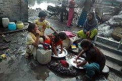 Kinderen bij Indische krottenwijk Stock Foto